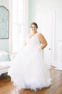 Elegant Lace Illusion V-Neck Sleeveless Plus Size Floor-Length Tulle Ball Wedding Gown