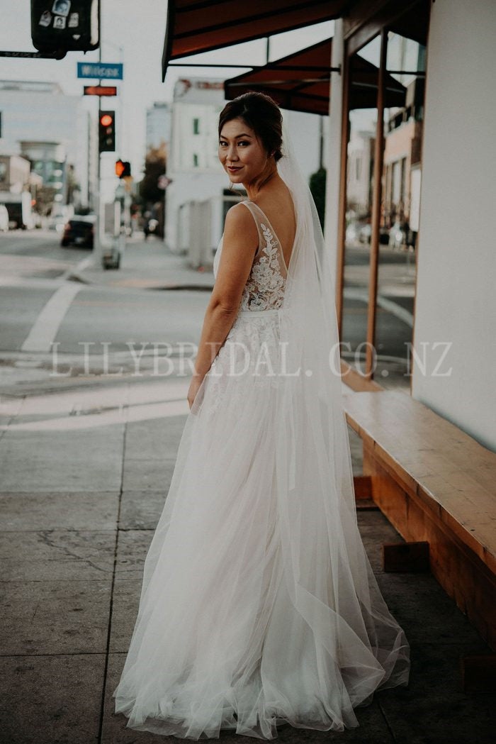 Alluring Lace Illusion Wedding Dress Sexy V-Neck Sleeveless Long Tulle Bridal Dress