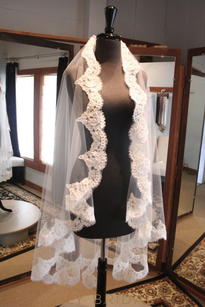 Timeless One Layer Eyelash Edge Wedding Veil with Lace Applique