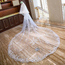 weeding veil with flower scattered