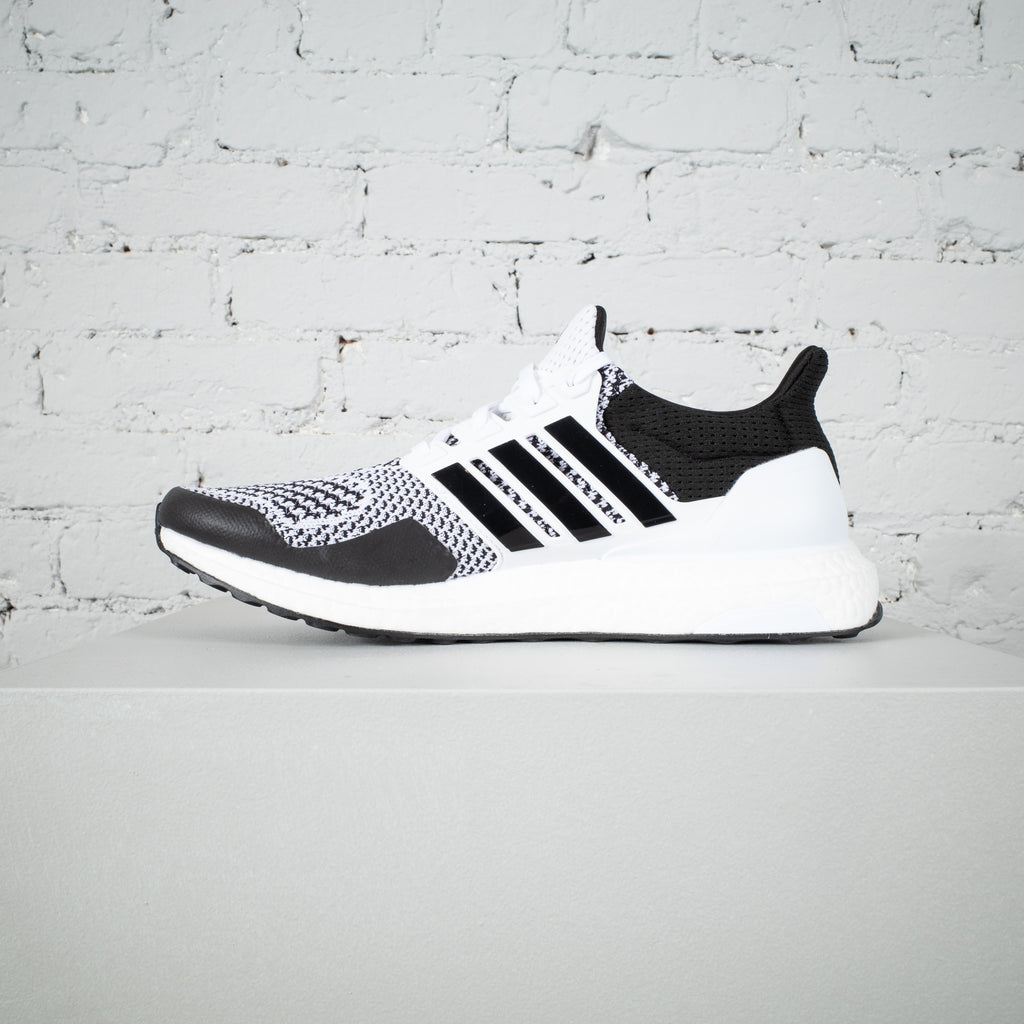 UltraBOOST 1.0 DNA WHITE/BLACK