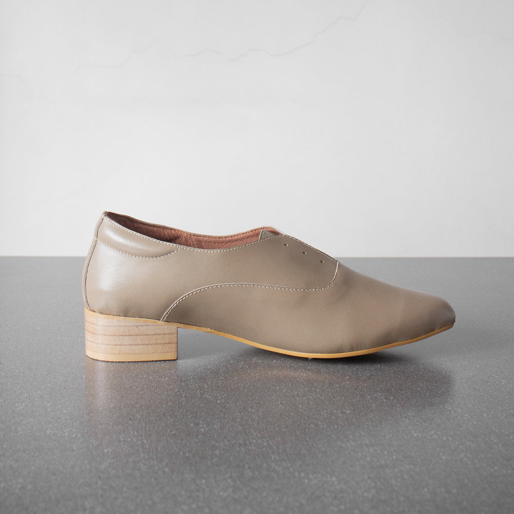 The Balmore Oxford in Antique White