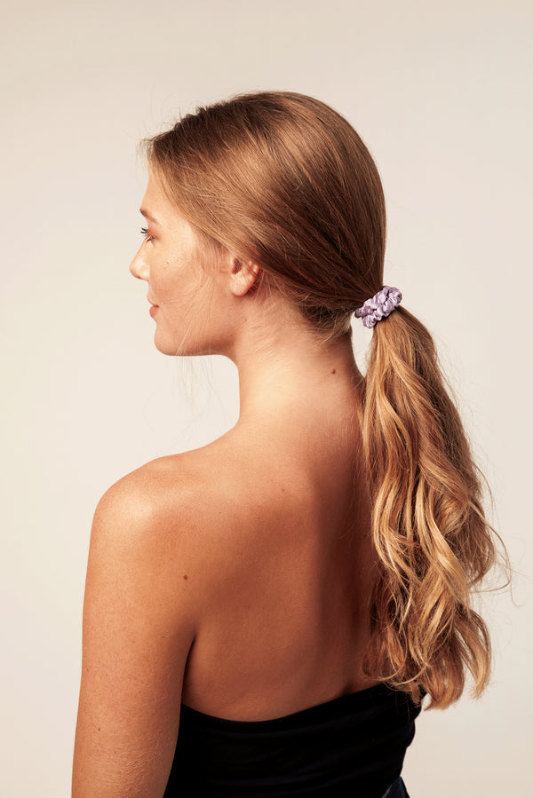 Shayne skinny 100% silk scrunchie in lilac (purple).