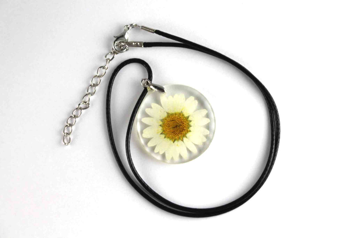 Real Daisy Flower Necklace In White - Arborvita