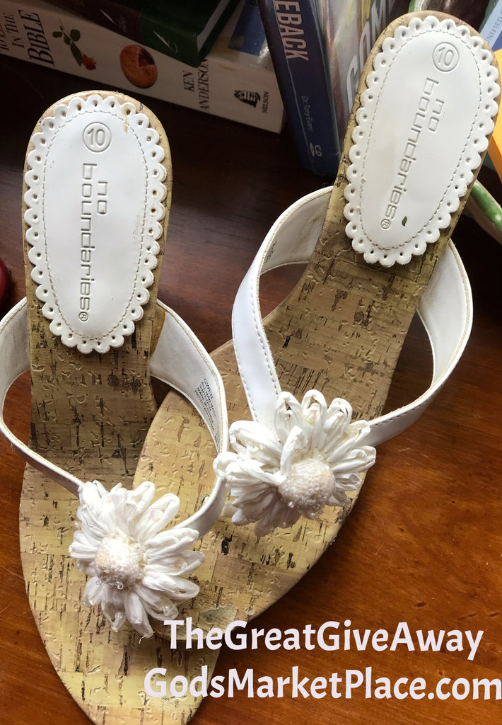 Between the toe sandals with a White Flower