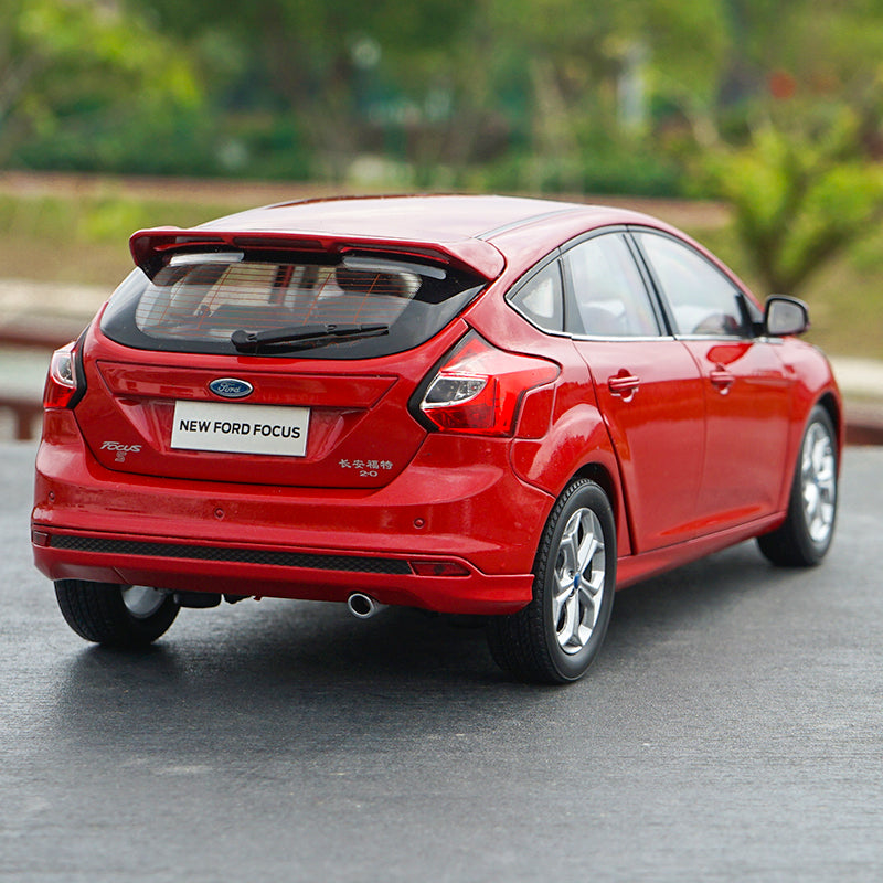1:18 Dealer edition Ford Focus 2012 car model with small gift