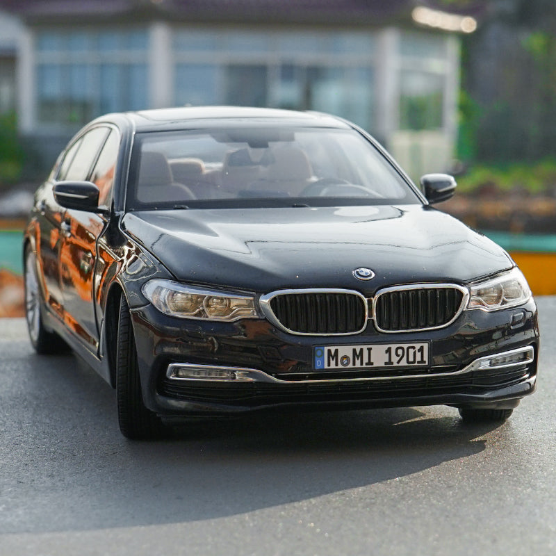 Original factory diecast 1:18 BWM new 5 series car model 2018 Chinese version long shaft diecast car model with small gift