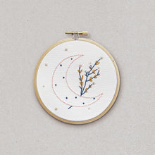 Moon Bloom - embroidery kit - Kit de broderiebroderie - Rose Celadon