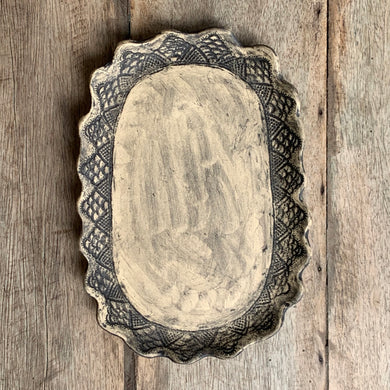 SCOLLOPED LACE EDGED PLATE/PLATTER