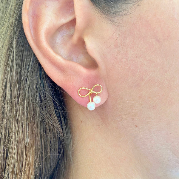 Little bow and pearls earring on model's ear