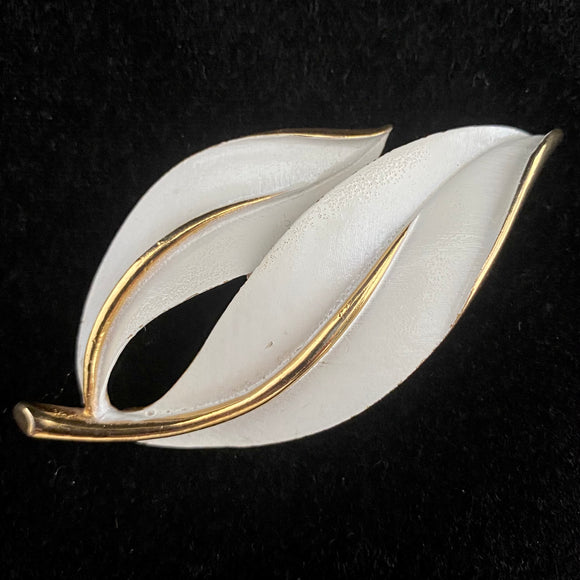 1965 Sarah Coventry Pearlized Perfection Brooch