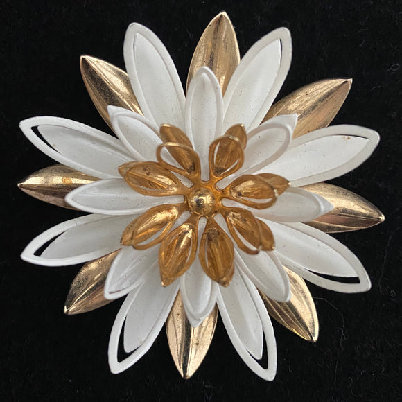 1966 Sarah Coventry Water Lily Brooch - Retro Kandy Vintage