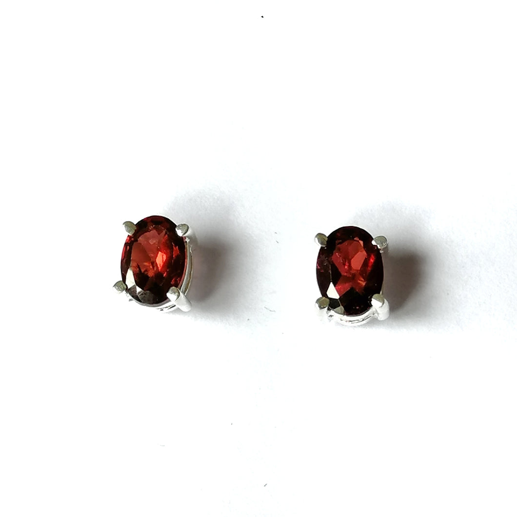 Hari-hari Ear Studs Earrings Claw Garnet