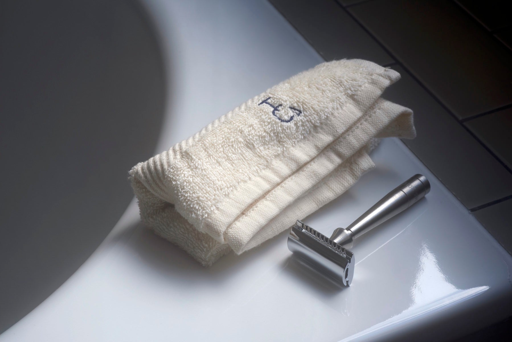 All-metal double-edge safety razor made in Market Harborough, Britain