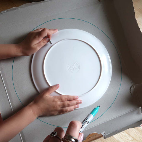 drawing round plates to make a cardboard wreath