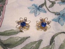 Womens vintage screw back earrings (Goldtone w. blue stones)