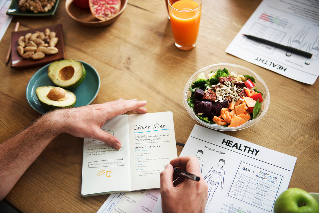 writing down smart goals for a new diet