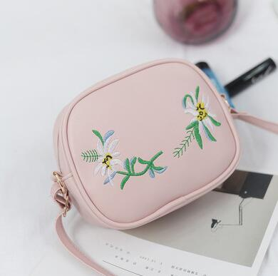 2018 Summer Embroidery Pu Leather Women Messenger Bags Small Women Bag Female Shoulder Crossbody Bag Floral Flap S1007
