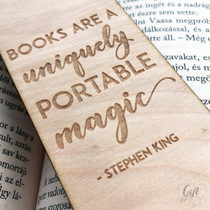 """Books are uniquely portable magic"" feliratú könyvjelző"