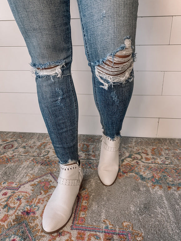 *Distressed Lightwash Jean- 9*