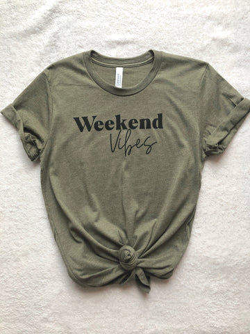 WEEKEND VIBES BOYFRIEND TEE - OLIVE