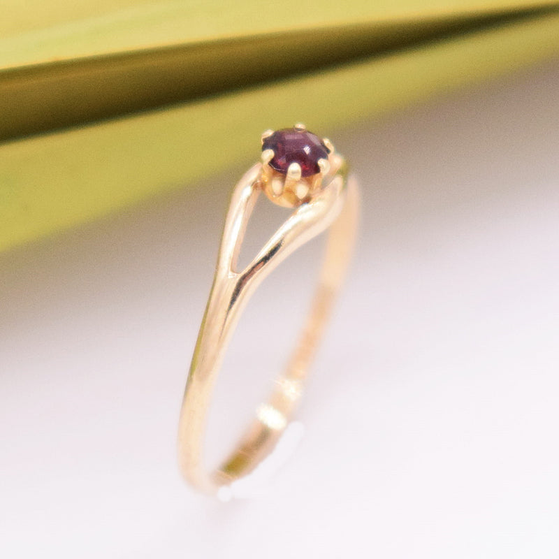 14k YG Open Band Garnet Ring Size 4