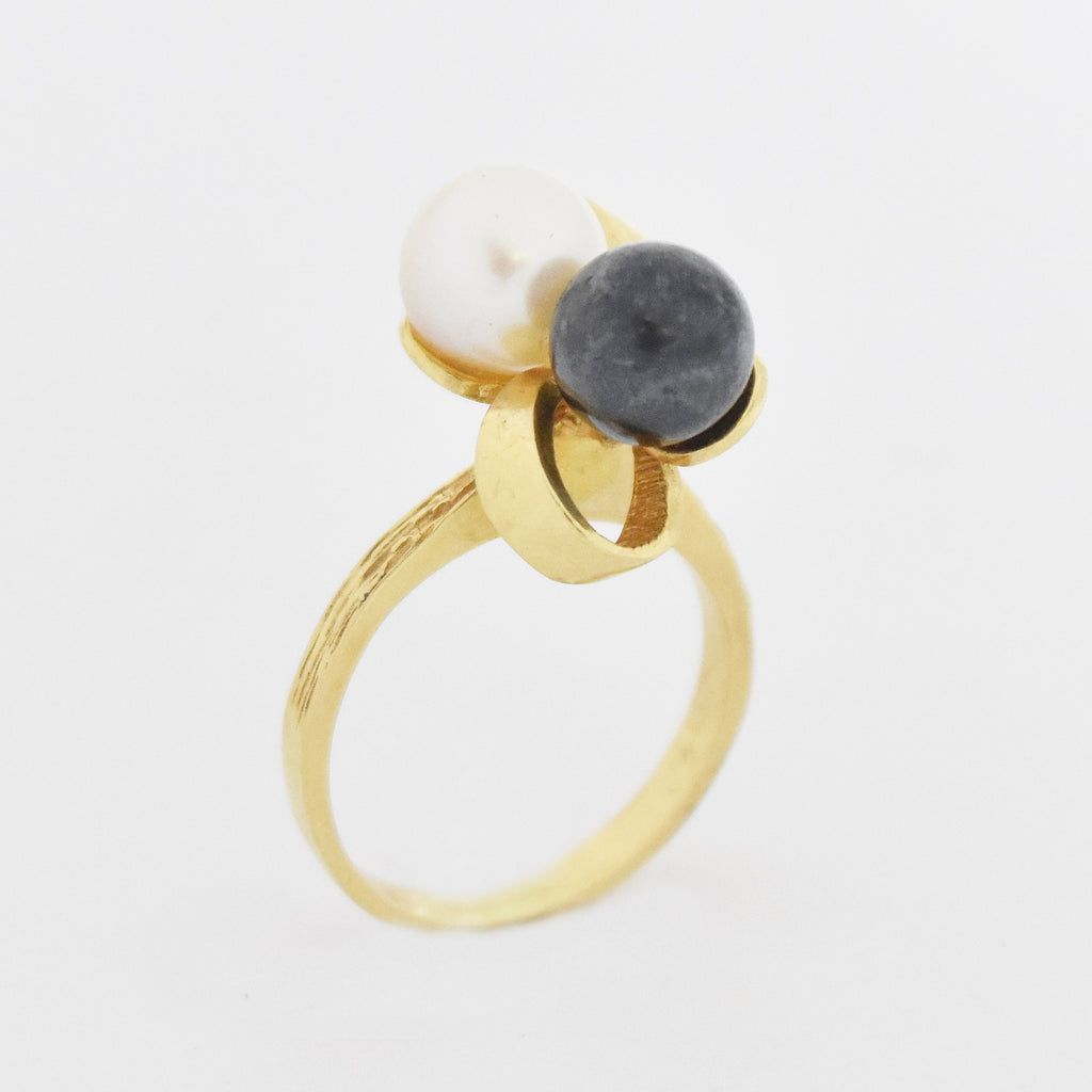 14k Yellow Gold Modern Style Black & White Pearl Ring Size 4