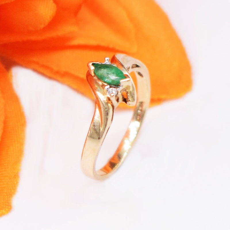 10k YG Swirl Emerald & Diamond 0.02 tcw Ring Size 7.75