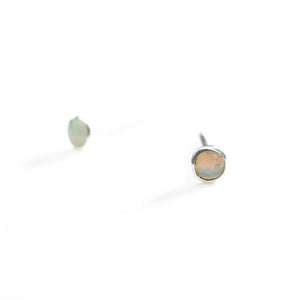 Pequeño stud earrings with opal