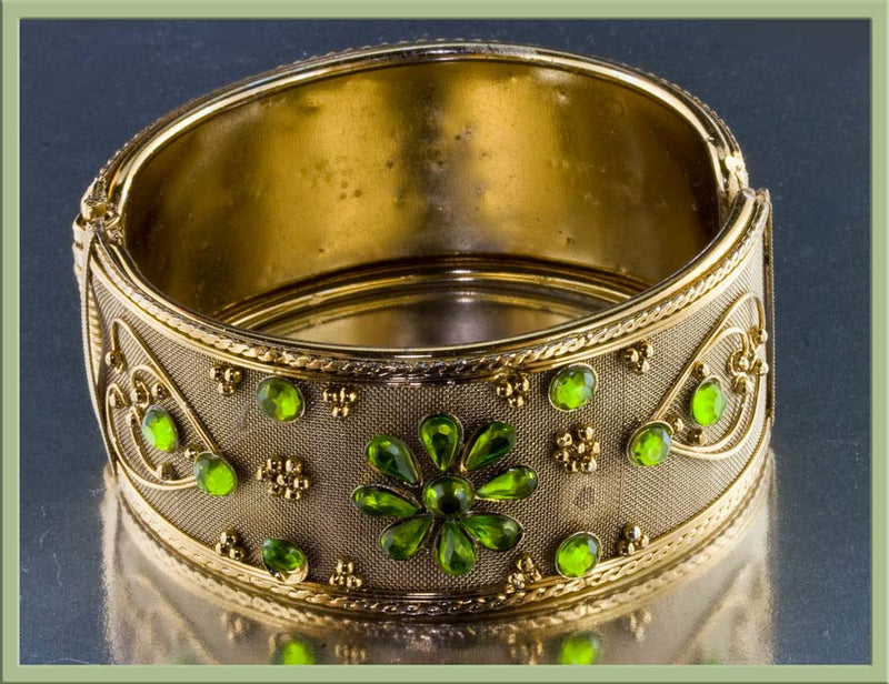 Vintage1960s hinged bangle bracelet with peridot glass stones. brcs647