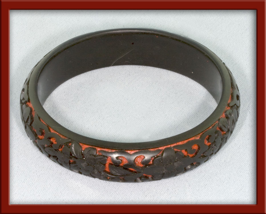 Vintage deep carved black on red cinnabar bangle.1970s bror808b