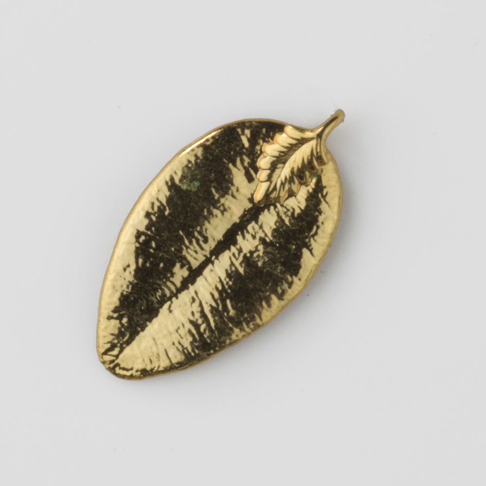 Vintage gold dipped leaf pendant. Measures 34x17mm. b14-648(e)