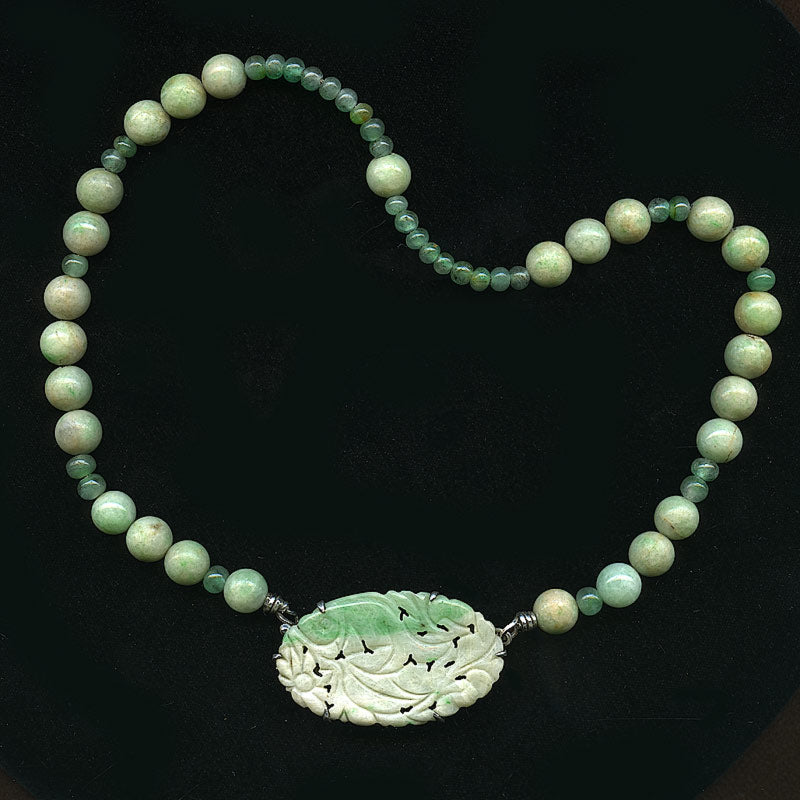 Vintage carved jadeite & emerald bead necklace. nlja845