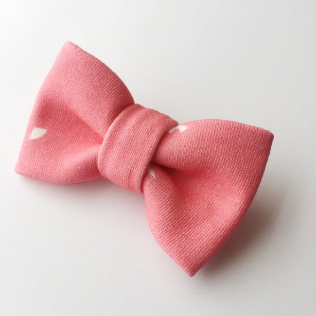 Please use the drop down menu to select your choice.  These classic  Bows are made with 100% organic cotton fabric.  Each bow uses the excess fabric from the baby and toddler blankets in an effort to minimize  waste and overall environmental footprint. Making these not only adorable but also eco-friendly!  This one size fits all headband that is ultra soft and stretchy making them super comfortable for all day. Bonus our headbands will grow with your babes as the nylon will comfortably fit newborns to toddl