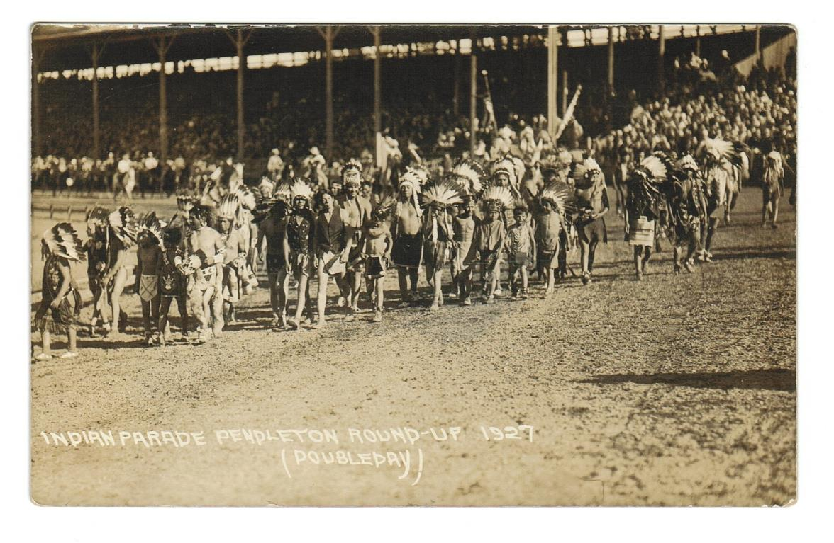 INDIAN PARADE. PENDLETON, OREGON. RPPC POSTCARD. 1927. UNITED STATES.