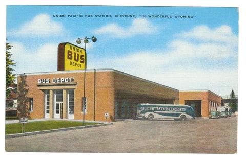 BUS:  UNION DEPOT, CHEYENNE, WYOMING. 1940'S.  LINEN POSTCARD.