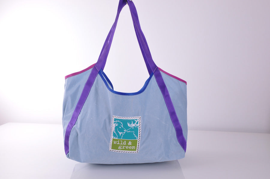 Shopper aus upcycled material von wild & green in Hellblau