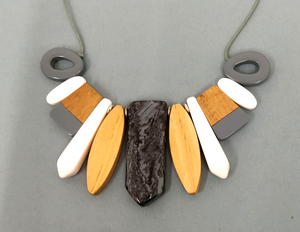 N080 Resin and wood necklace