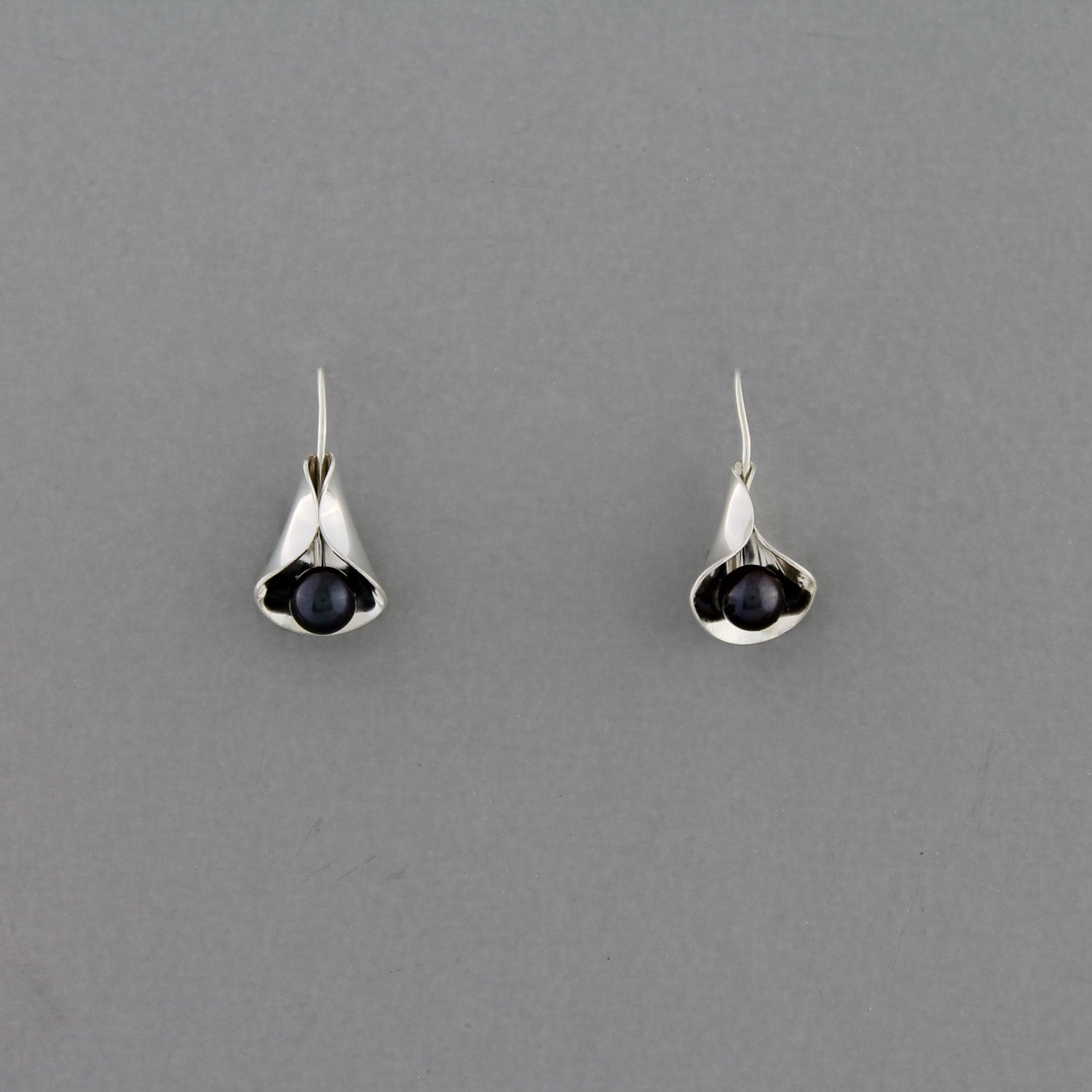 Calla Lilly (Dark Pearl) - Earrings