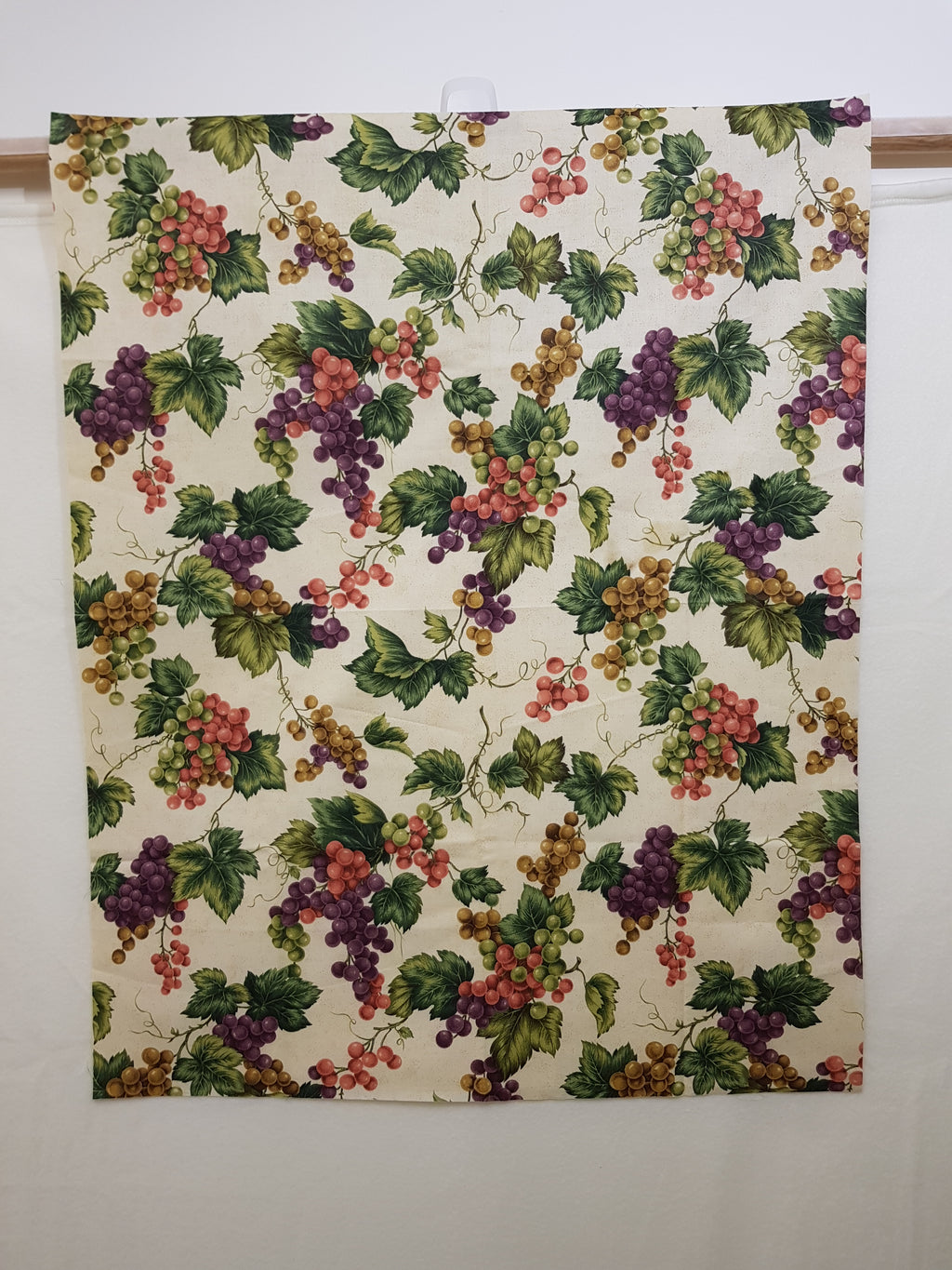 Large Grapevine on Cream/Beige Fabric (35x28cm) - Lori's Fabrics & Quilts