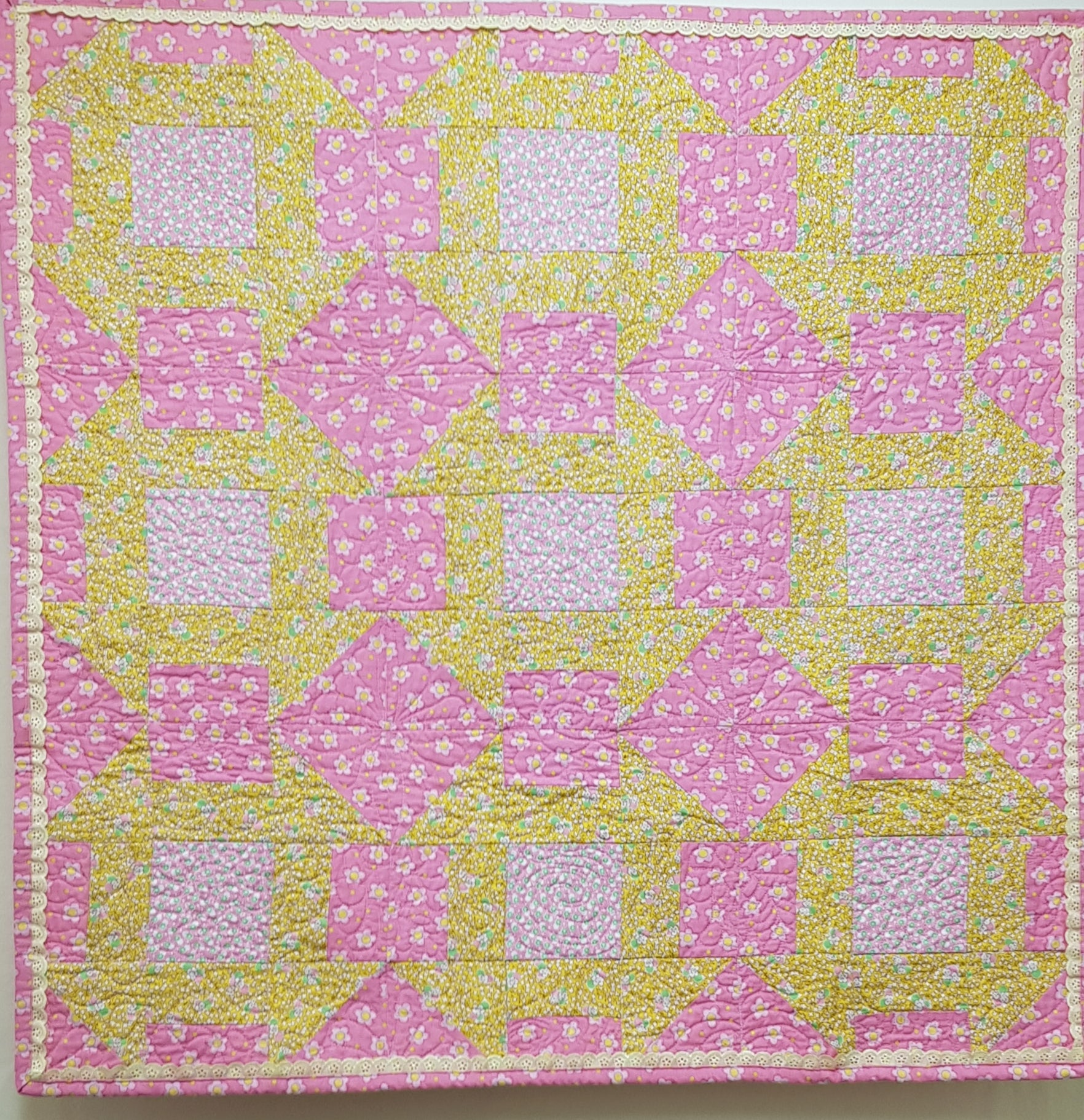 Traditional Churn-Dash Quilt with Lace Edging (88cm²) - Lori's Fabrics & Quilts