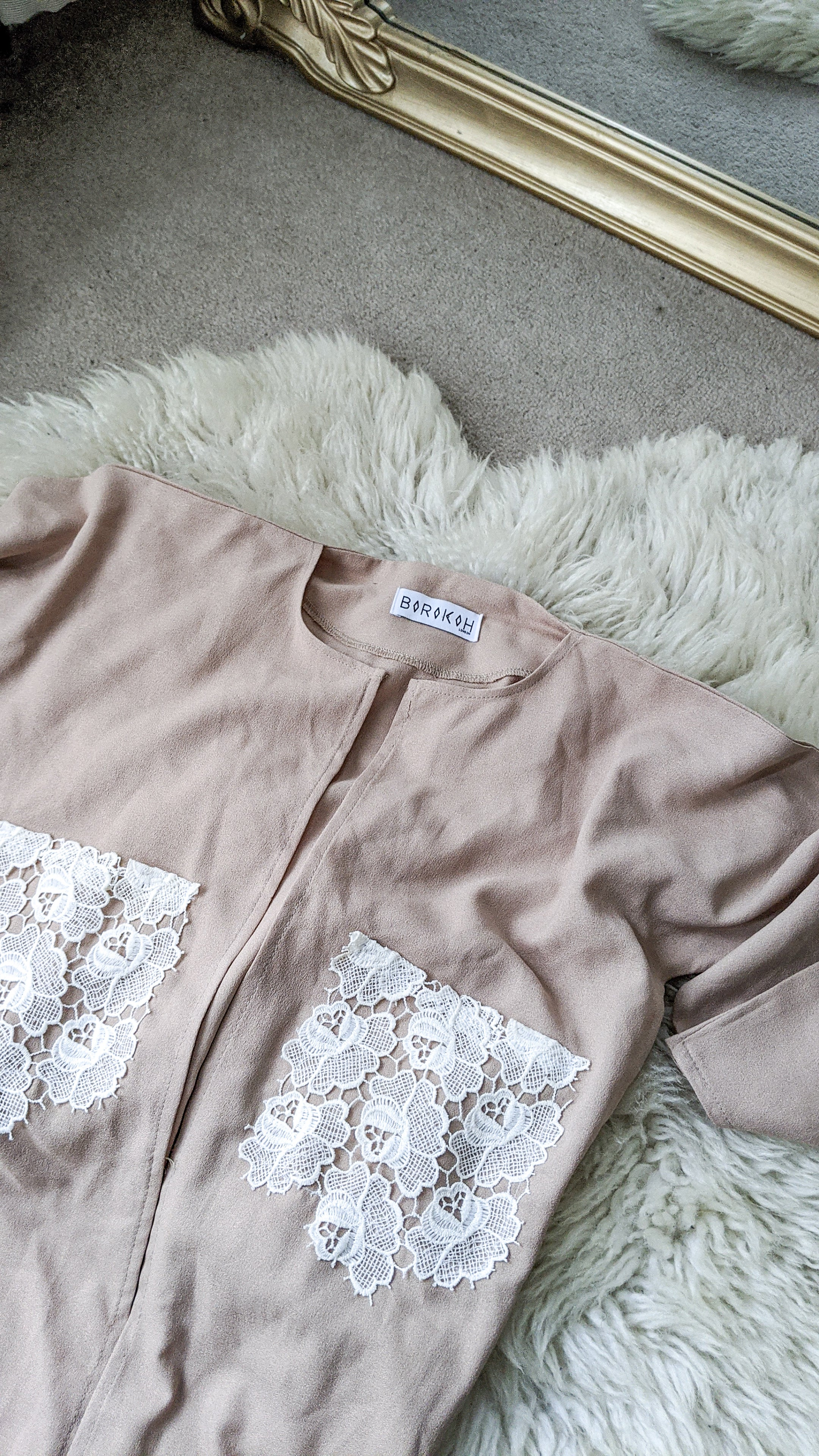 Floral lace pockets.