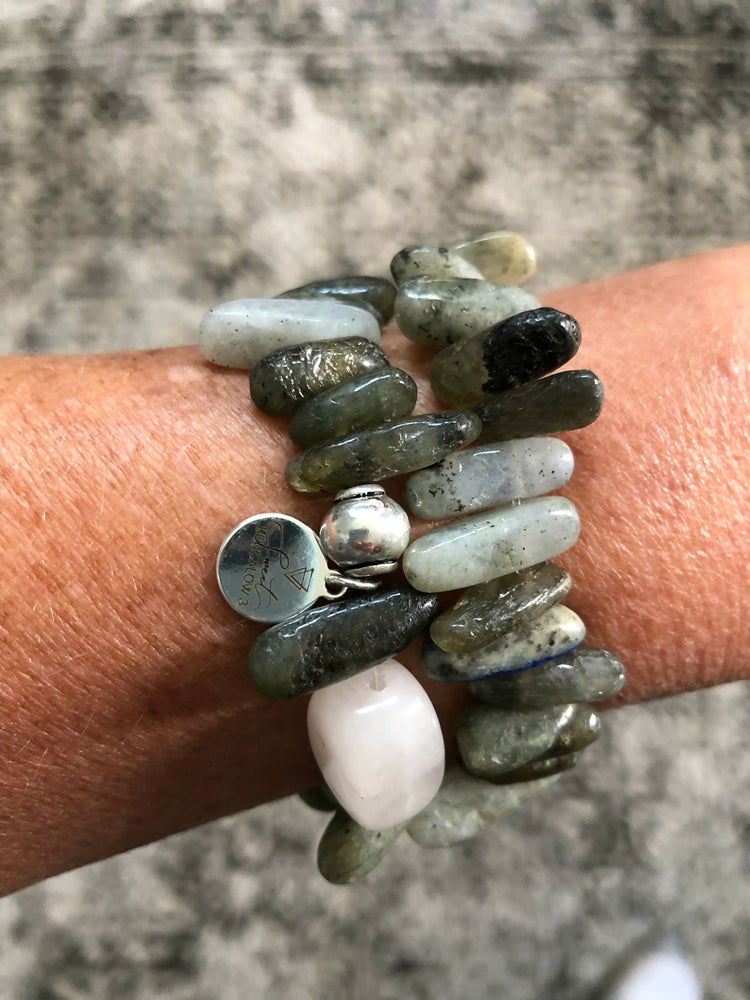 GREEN LABRADORITE CHIP WITH ONE ROSE QUARTZ STONE STRETCH BRACELET