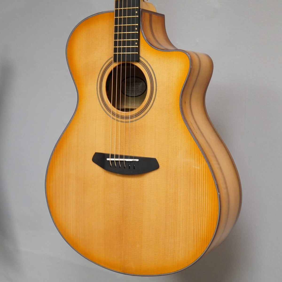 Breedlove GUITARS - ACOUSTIC GUITARS Breedlove Artista Concerto Natural Shadow CE