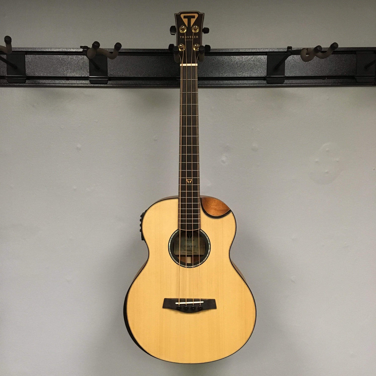 Traveler Guitar CL-3BE Acoustic-Electric Bass