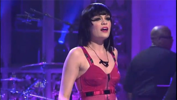 Jessie J wears a Tatty Devine Name Necklace on SNL!