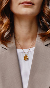 Coquille gold necklace