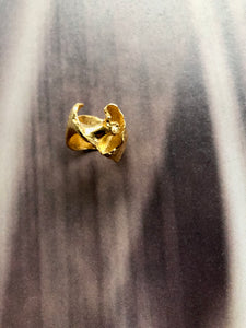 Coquille gold ring