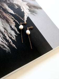 Swing pearl earrings