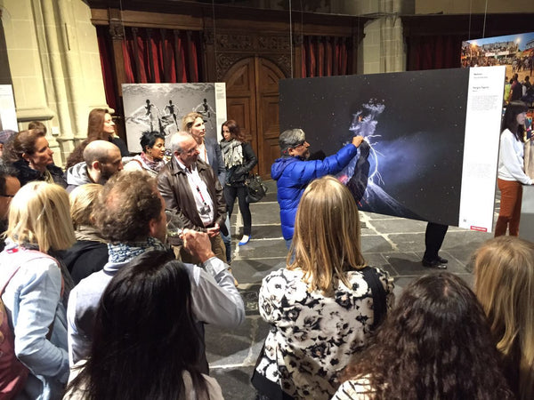 Sergio Tapiro, explicando su obra en World Press Photo. Amsterdam, Países Bajos. 2016